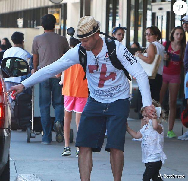 Exclusif - Ian Ziering, sa femme Erin Ludwig et leurs filles Penna et Mia arrivent à l'aéroport de Los Angeles, le 29 août 2013.