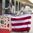 Michael Douglas et Steven Soderbergh inaugurent sa cabine sur les planches de Deauville, le 31 août 2013.