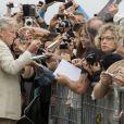 Michael Douglas avec des fans avant d'inaugurer sa cabine sur les planches de Deauville, le 31 août 2013.