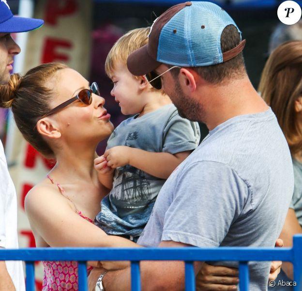 Alyssa Milano avec son époux Dave Bugliari et leur fils Milo au Farmers Market, lors du Labor Day, à Studio City, le 1er septembre 2013.