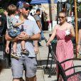 Alyssa Milano avec son mari Dave Bugliari et leur garçon Milo au Farmers Market, lors du Labor Day, à Studio City, le 1er septembre 2013.
