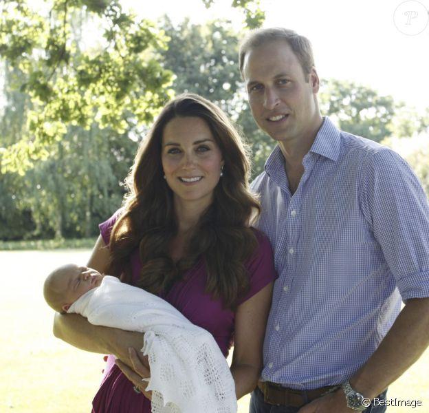 Premiers portraits officiels, en août 2013, du prince George de Cambridge en famille avec son père le prince William et sa mère la duchesse Catherine.