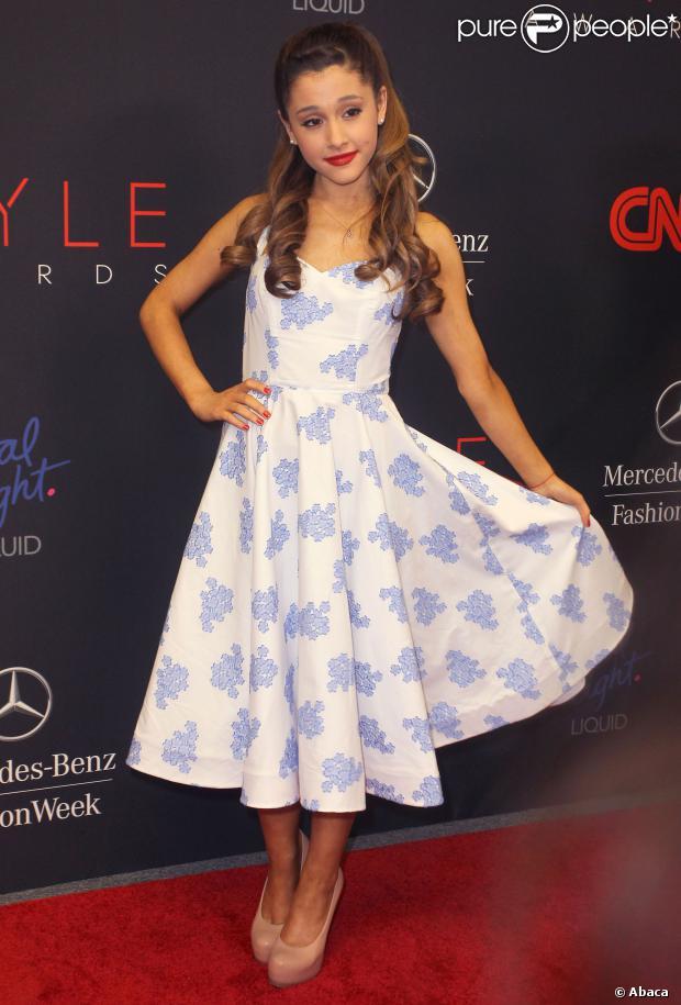 Ariana Grande en robe blanche à bretelle imprimée de fleurs bleues
