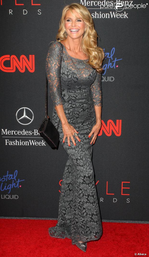 Christie Brinkley en robe de soirée sirène grise dentelle