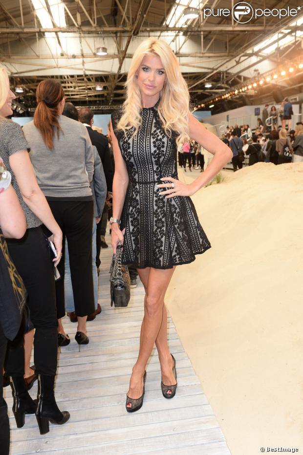 Victoria Silvstedt en petite robe en dentelle noire à doublure beige