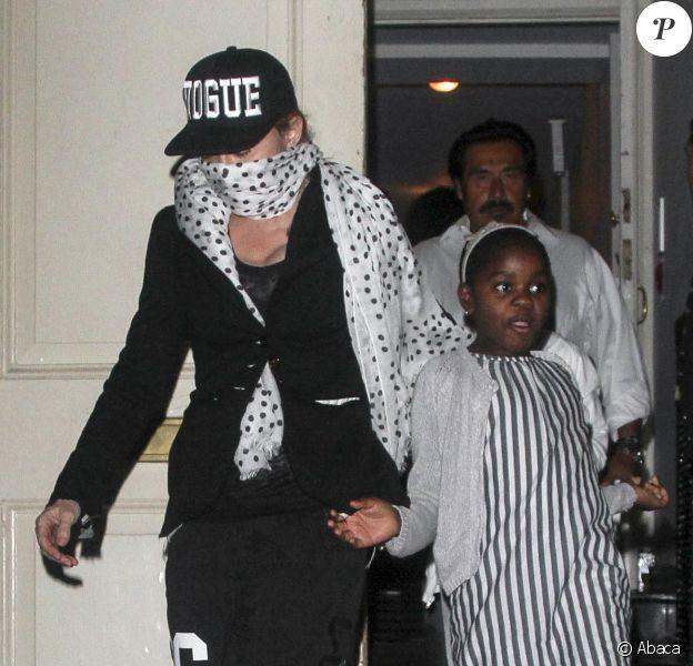 Madonna, maman protectrice et masquée : la superstar quitte avec sa fille Mercy et ses trois autres enfants (David, Rocco et Lourdes) un centre kabbalistique. New York, le 13 septembre 2013.