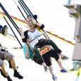 Exclusif - Aaron Paul et sa femme Lauren Parsekian s'amusent à Disneyland. Le 17 septembre 2013 en Californie. Le couple s'est essayé aux chaises volantes.