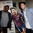 Salvatore Sirigu avec Omar Sy à la soirée de lancement de FIFA 14, organisée à la Gaîté Lyrique, à Paris, le 23 septembre 2013. La simulation de foot d'EA Sports sort le 26 septembre.