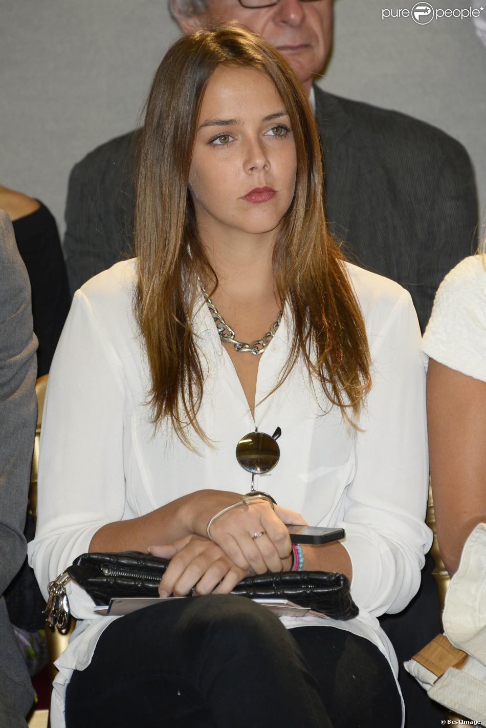 La jolie Pauline Ducruet assiste au défilé Alexis Mabille lors de la Fashion Week parisienne, le 25 septembre 2013