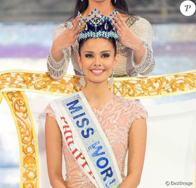 Miss Monde 2012, Wenxia Yu de Chine, remet sa couronne à Miss Philippines, Megan Young, pour le titre de Miss Monde 2013 à Nusa Dua en Indonésie, le 28 septembre 2013