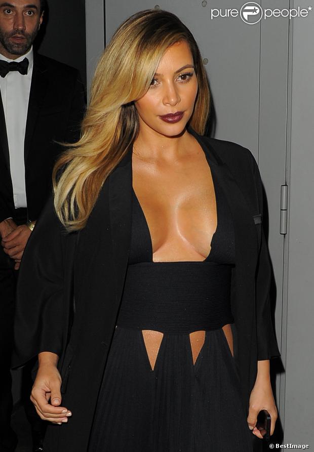 Kim Kardashian, ultra sexy, quitte le Publicis Drugstore après la projection du film Mademoiselle C. Paris, le 1er octobre 2013.