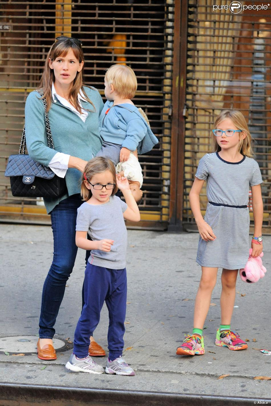 jennifer garner super maman seule new york avec ses enfants elle assure purepeople. Black Bedroom Furniture Sets. Home Design Ideas