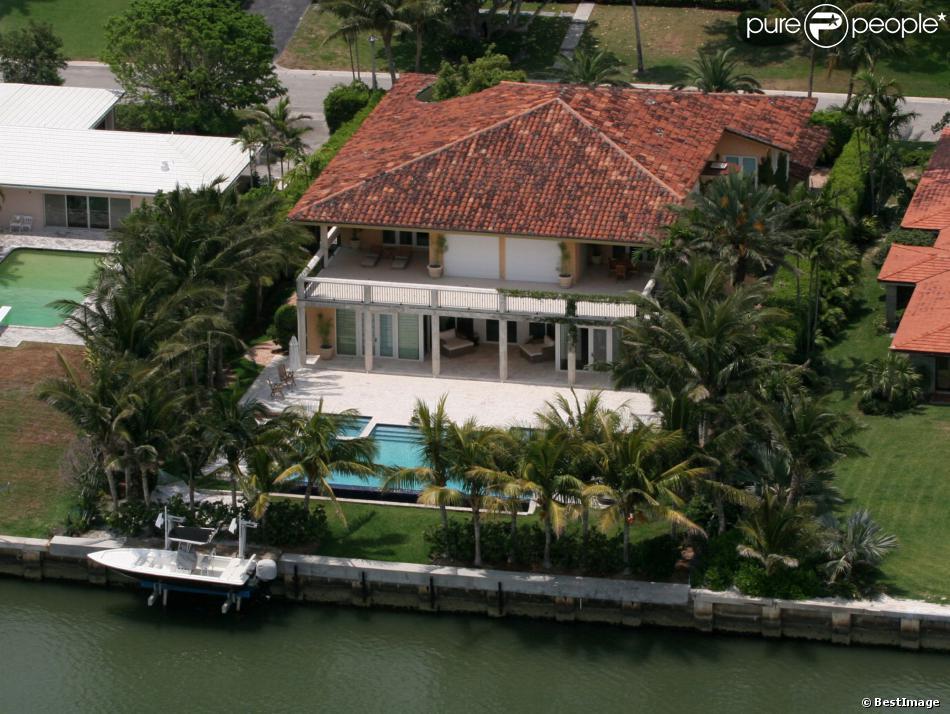 le chanteur enrique iglesias a vendu sa maison de miami pour 6 7 millions de dollars en octobre. Black Bedroom Furniture Sets. Home Design Ideas