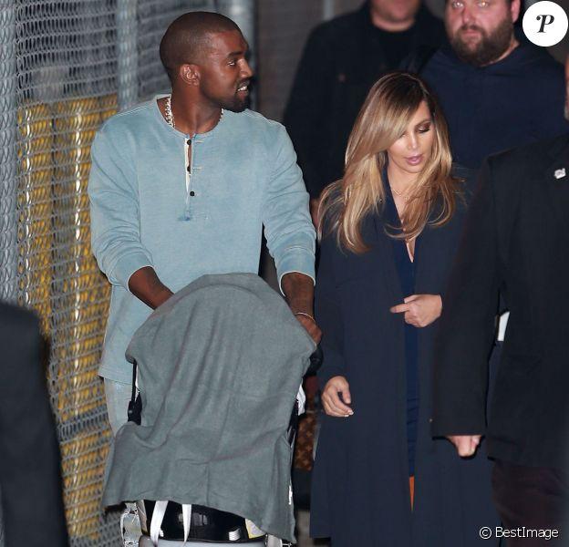 """Kim Kardashian et sa fille North West accompagnent Kanye West sur le plateau du """"Jimmy Kimmel Live"""" à Hollywood, le 9 octobre 2013."""