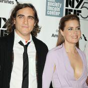 Amy Adams : Ultradécolletée face à Olivia Wilde et Joaquin Phoenix