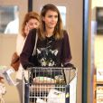 Jessica Alba fait des courses au supermarché à West Hollywood, le 13 octobre 2013.