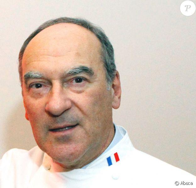 """Bernard Vaussion dédicace son livre """"Cuisine de l'Elysée - A la table des Présidents"""" à Paris, le 8 novembre 2012."""