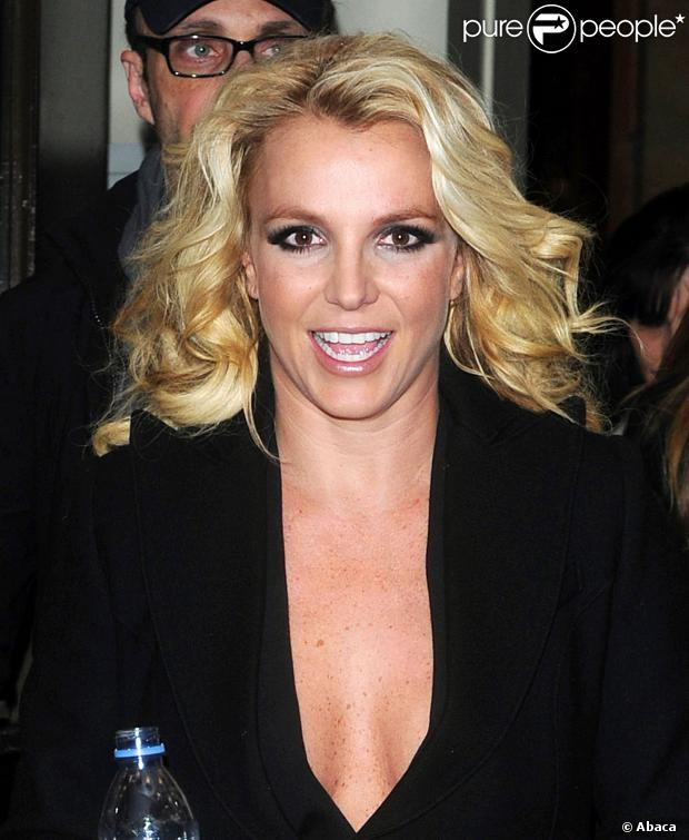 Britney Spears quitte son hôtel pour se rendre aux studios ITV, à Londres, le 16 octobre 2013.