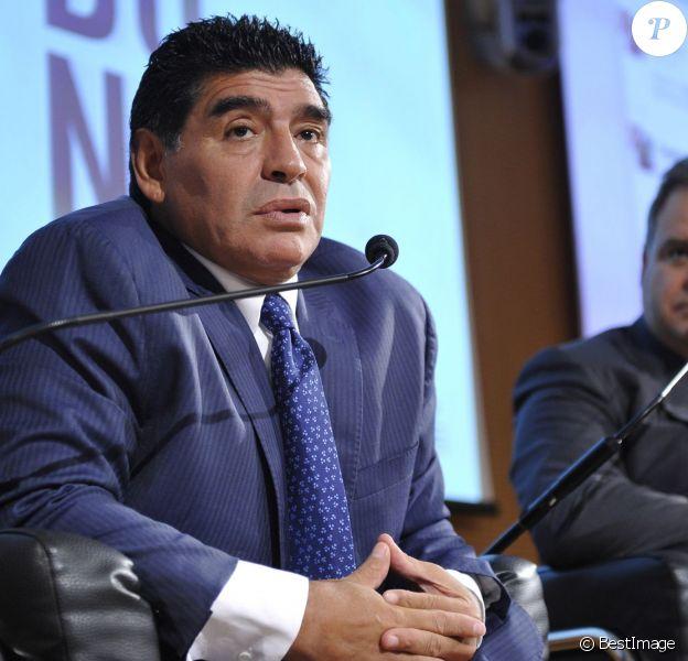 Diego Maradona lors d'une conférence de presse à Milan en Italie le 17 octobre 2013 pour la sortie d'un DVD sur sa carrière avec le journal La Gazzetta dello Sport.