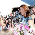 La princesse Mary et le prince Frederik de Danemark ont été submergés par l'engouement de la foule devant l'Opéra de Sydney, dont ils sont venus célébrer le 40e anniversaire, dès leur arrivée en Australie le 24 octobre 2013 pour une visite officielle de quatre jours.