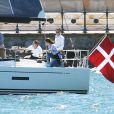 La princesse Mary et le prince Frederik de Danemark naviguant dans la rade de Sydney au premier jour de leur visite officielle en Australie, le 24 octobre 2013