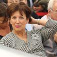 """Roselyne Bachelot lors de la vente aux enchères """"Les femmes donnent aux femmes"""" au profit de l'Institut Curie à l'hôtel des ventes Drouot à Paris, le 22 octobre 2013."""