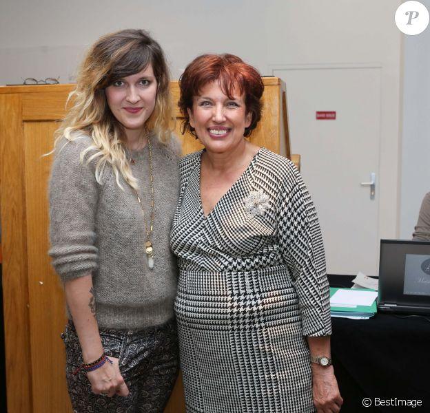 """Daphné Bürki et Roselyne Bachelot lors de la vente aux enchères """"Les femmes donnent aux femmes"""" au profit de l'Institut Curie à l'hôtel des ventes Drouot. Paris, le 22 octobre 2013."""