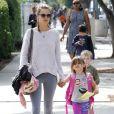 Alessandra Ambrosio est sur tous les fronts ! Le top a été photgraphié à la sortie de l'école de sa fille Anja le 23 octobre 2013