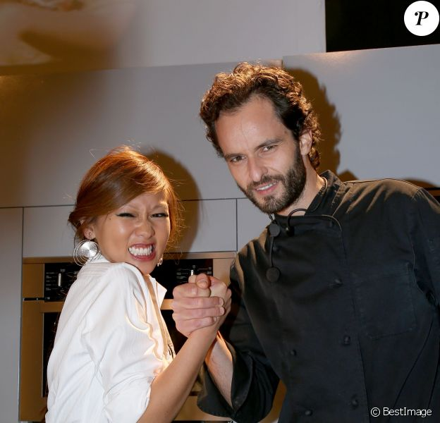 Yoni Saada (Top Chef 2013) et Nathalie Nguyen (MasterChef 2011) lors d'une battle gourmande opposant des candidats de Top Chef à ceux de MasterChef au 19ème Salon du chocolat 2013 à la Porte de Versailles à Paris le 29 octobre 2013