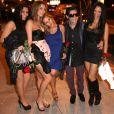 Corey Feldman bien entouré en quittant Bootsy Bellows à West Hollywood, le 12 mars 2013