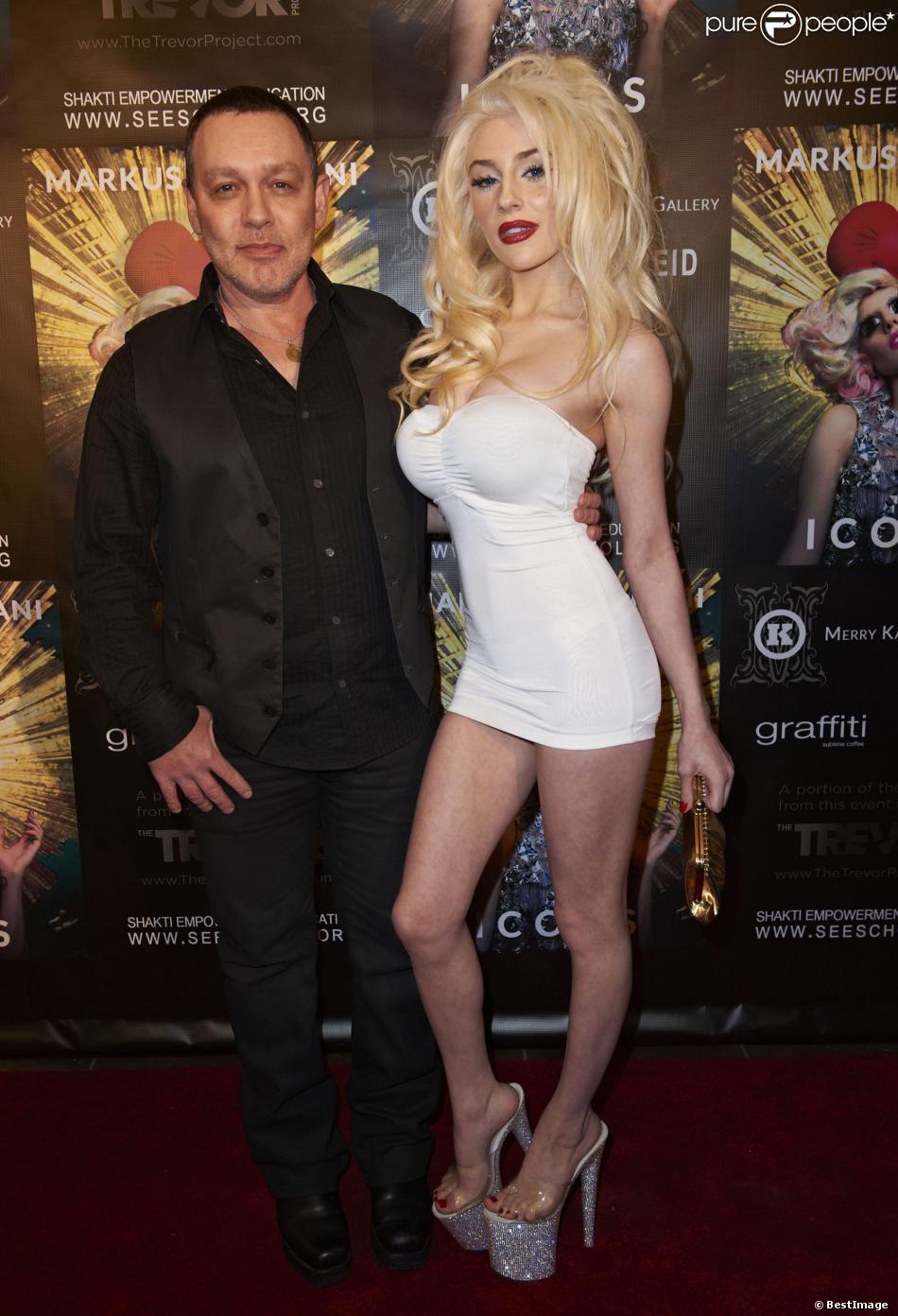 """Courtney Stodden et Doug Hutchison au lancement du livre """"Icons"""" à Los Angeles, le 11 janvier 2013."""