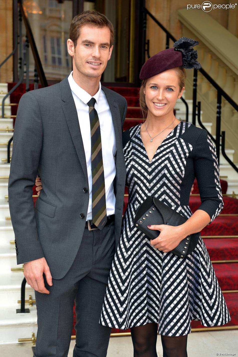 Andy Murray, et Kim Sears, après avoir été fait officier de l'ordre de l'Empire Britannique par le prince William, au palais de Buckingham, le 17 octobre 2013