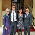 Andy Murray accompagné de ses parents et Kim Sears après avoir été fait officier de l'ordre de l'Empire Britannique par le prince William, au palais de Buckingham, le 17 octobre 2013