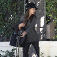 Alessandra Ambrosio quitte son domicile dans le quartier de Brentwood à Los Angeles, pour rejoindre l'aéroport et emprunter un vol à destination de New York. Le 5 novembre 2013.
