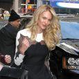Candice Swanepoel arrive sur le plateau de l'émission Good Morning America à New York, habillée d'une robe Valentino (collection automne-hiver 2013) et de souliers Christian Louboutin. Le 6 novembre 2013.