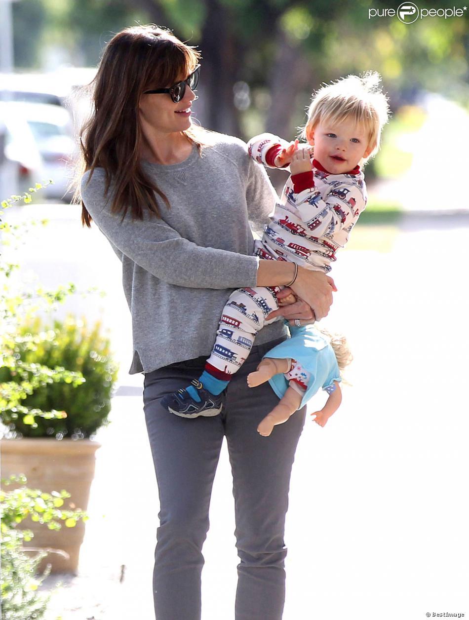 Jennifer Garner se promène avec son fils Samuel à Santa Monica, le 7 novembre 2013.