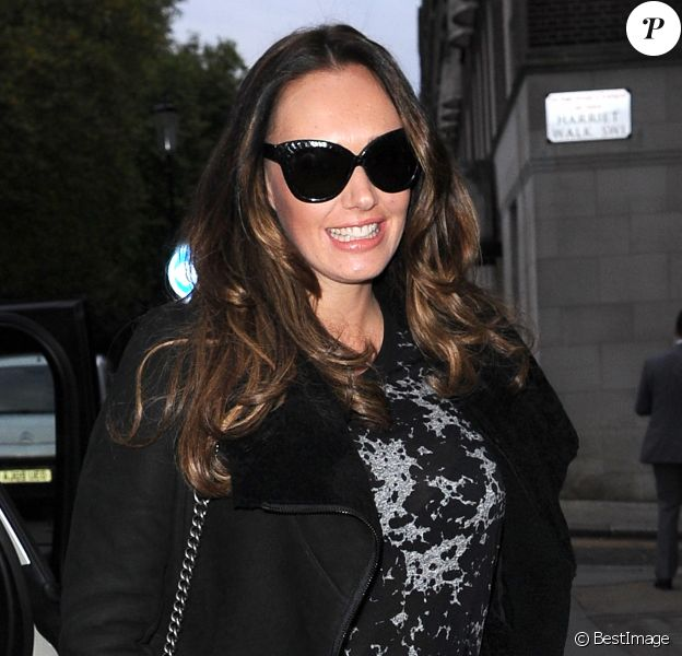 Tamara Ecclestone, enceinte, accompagnée de sa soeur Petra et sa fille Lavinia lors d'une session shopping à Londres le 7 novembre 2013
