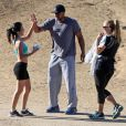 Donald Faison, sa femme CaCee Cobb et leur petit garçon Rocco félicité par une joggeuse lors d'une petite marche au parc de Runyon Canyon à Hollywood, le 9 novembre 2013