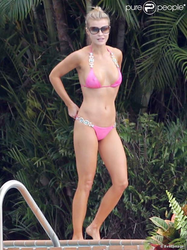 Joanna Krupa, en bikini, profite d'une journée détente dans son jardin à Miami. Le 10 novembre 2013.