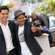 Tewfik Jallab et Jamel Debbouze lors du photocall du film Né quelque part au Festival de Cannes 2013