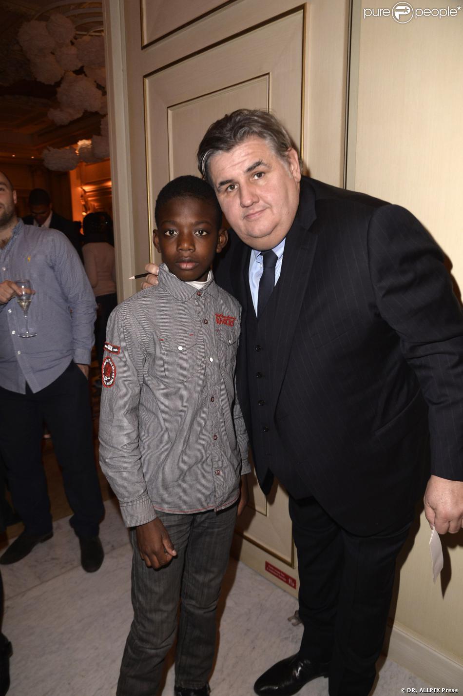 L'animateur Pierre Ménès le 20 novembre 2013 à Paris au dîner de gala en soutien à All4kids et Sports Sans Frontières au Shangri-La Hotel.