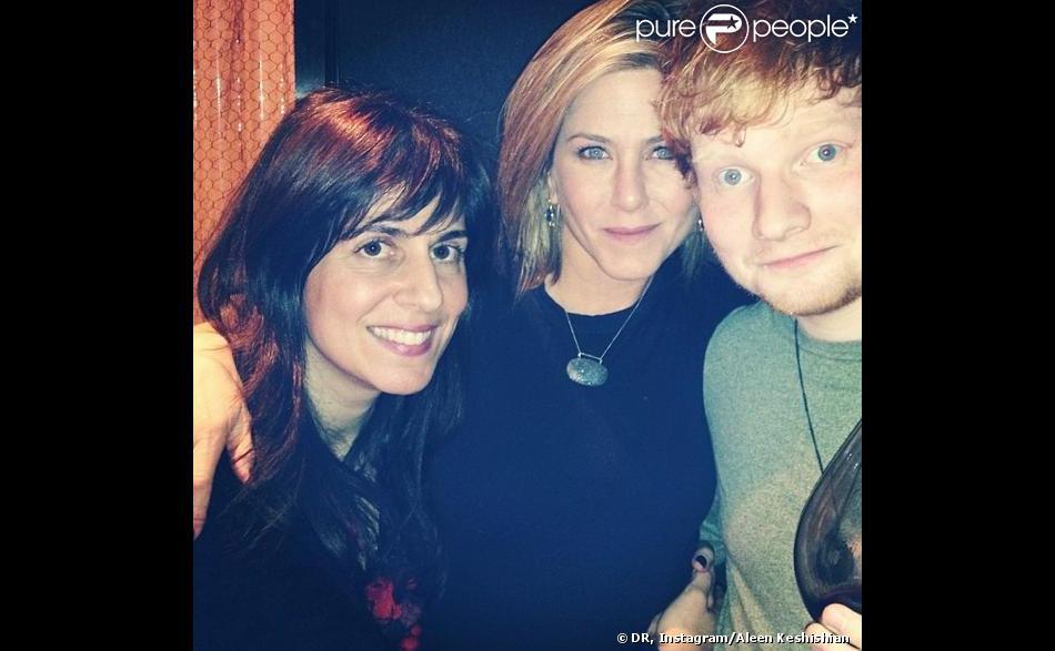 Jennifer Aniston a pris la pose avec le chanteur Ed Sheeran, le 28 novembre 2013.