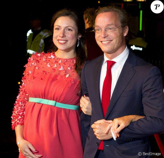 Le prince Jaime de Bourbon-Parme et son épouse Viktoria, enceinte, lors d'une soirée avec la famille royale le 30 novembre 2013 au Théâtre Circus de Scheveningen (La Haye) pour les 200 ans du royaume des Pays-Bas. Mariés depuis le 5 octobre, Jaime et Viktoria ont dévoilé la grossesse de la princesse à cette occasion.