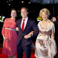 Le prince Jaime de Bourbon-Parme avec sa femme Viktoria, enceinte, et sa mère la princesse Irene lors d'une soirée avec la famille royale le 30 novembre 2013 au Théâtre Circus de Scheveningen (La Haye) pour les 200 ans du royaume des Pays-Bas. Mariés depuis le 5 octobre, Jaime et Viktoria ont dévoilé la grossesse de la princesse à cette occasion.