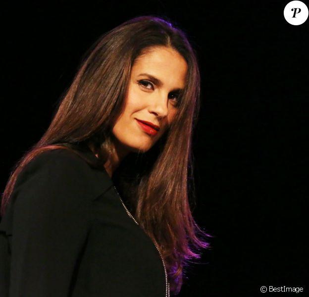 Exclusif - Elisa Tovati au concert de charité pour les enfants de l'hôpital Ambroise Paré de Boulogne-Billancourt, au Carré Bellefeuille, le 4 décembre 2013.