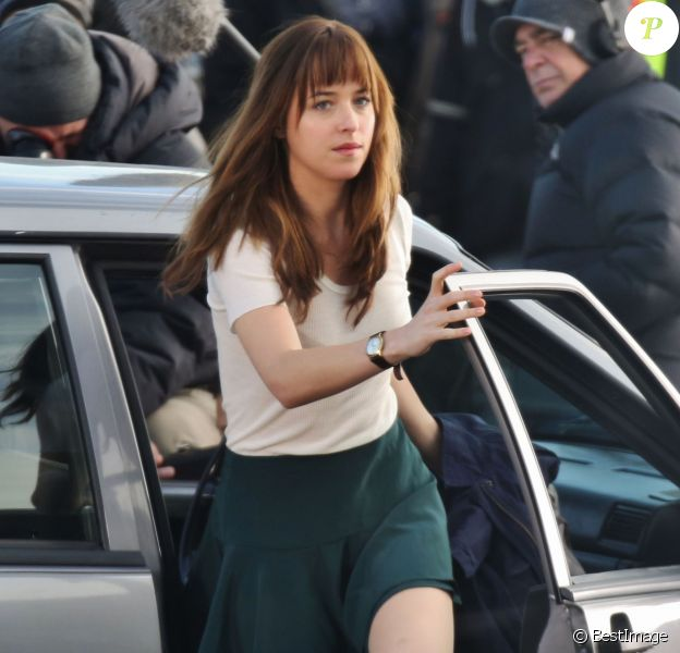 L'actrice Dakota Johnson en action sur le tournage du film Fifty Shades Of Grey à Vancouver, le 5 décembre 2013.