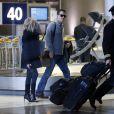 Reese Witherspoon et son mari Tim Roth à l'aéroport Roissy Charles de Gaulle. Roissy, le 7 décembre 2013.