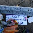 Les hommages à Paul Walker se multiplient au mémorial improvisé à Valencia, Los Angeles, le 4 décembre 2013.
