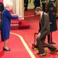 """""""Bradley Wiggins anobli par la reine Elizabeth II au palais de Buckingham à Londres, le 10 décembre 2013"""""""