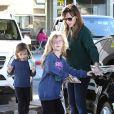 Jennifer Garner emmenant ses filles Violet et Seraphina chez Starbucks à Brentwood (Los Angeles) le 15 décembre 2013